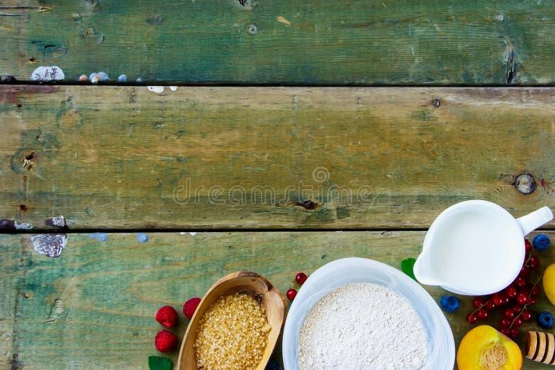 Ягоды и ингридиенты выпечки стоковое изображение
