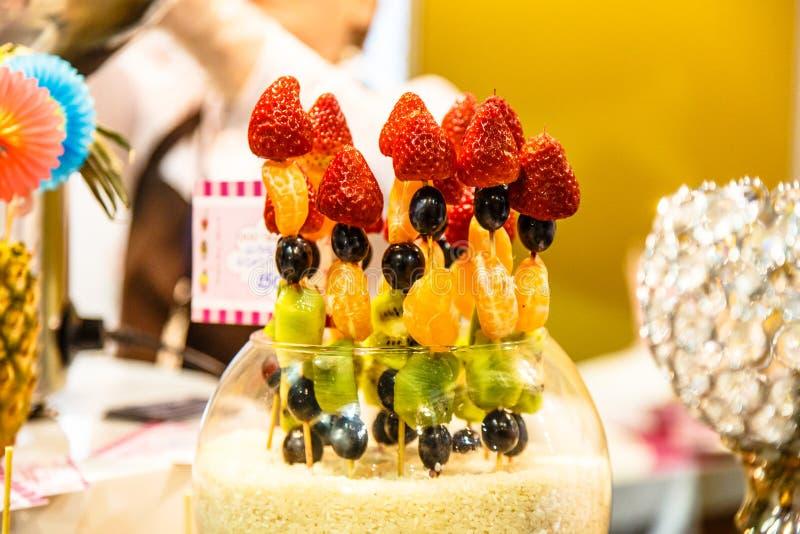 Download Ягоды и плодоовощ: клубники, мандарины, киви виноградин на S Стоковое Фото - изображение насчитывающей мандарин, романтично: 81805710