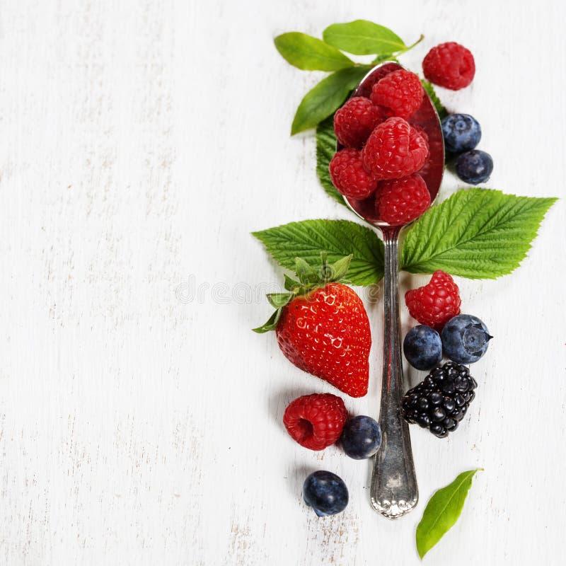Ягоды с ложкой на деревянной предпосылке Здоровье, диета, Gardenin стоковая фотография