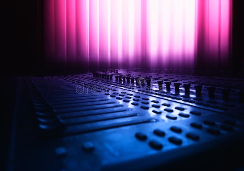 Ядровая смешивая консоль в предпосылке студии стоковое фото