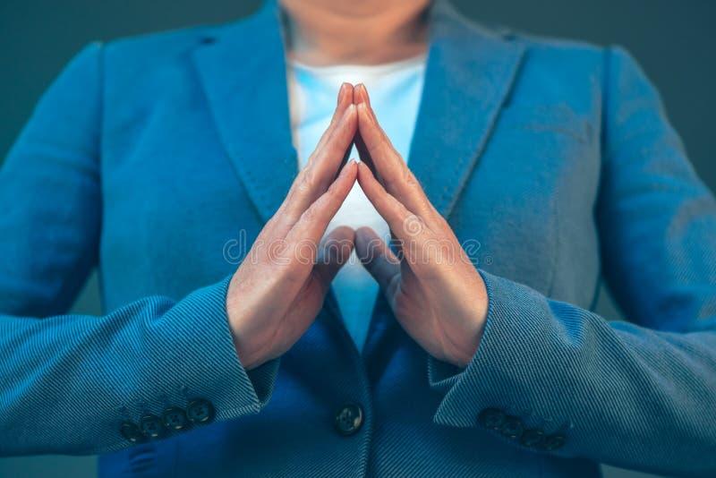 Язык жестов коммерсантки для доверия и самоуважения стоковые изображения rf