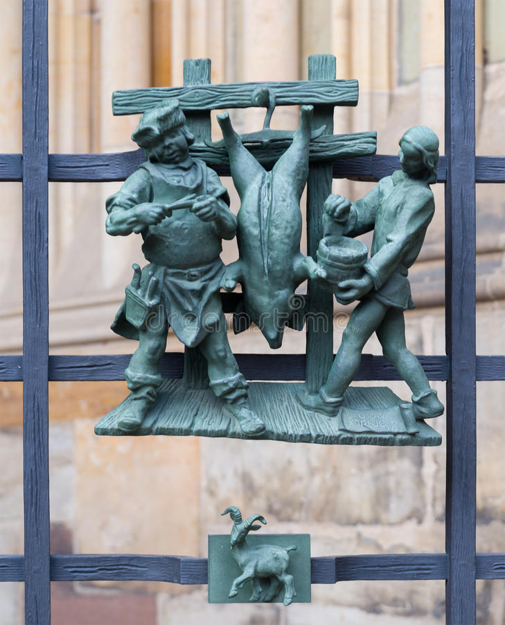 Языческие символы зодиака на соборе St Vitus золотого строба в Праге стоковые фото
