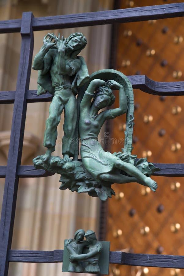 Языческие символы зодиака на соборе St Vitus золотого строба в Праге стоковое изображение rf