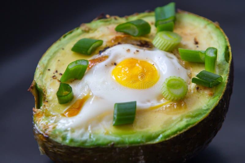 Яичка испеченные в авокадое стоковое изображение