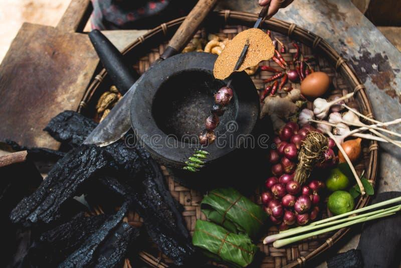 Яичка лимона выставки руки еды Lanna и кухни еды лука руки опытного человека кухни тайской северной тайской деревенские варят стоковая фотография