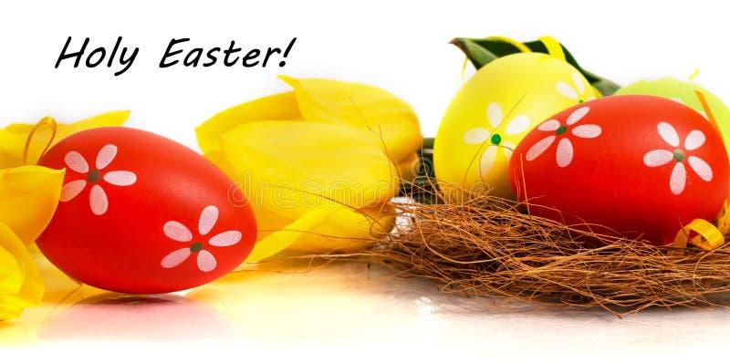 Яичка пасхи красочные с желтыми тюльпанами стоковая фотография rf