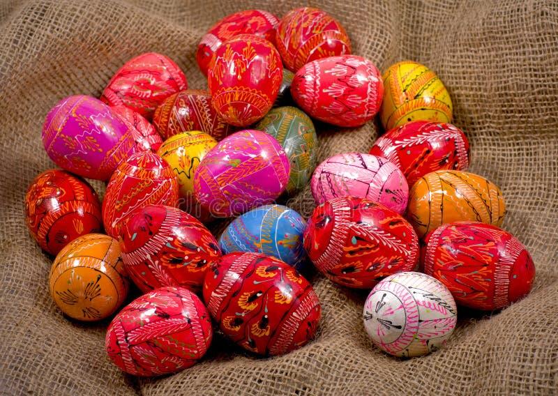 Пасхальные яйца на предпосылке реднины стоковые фото