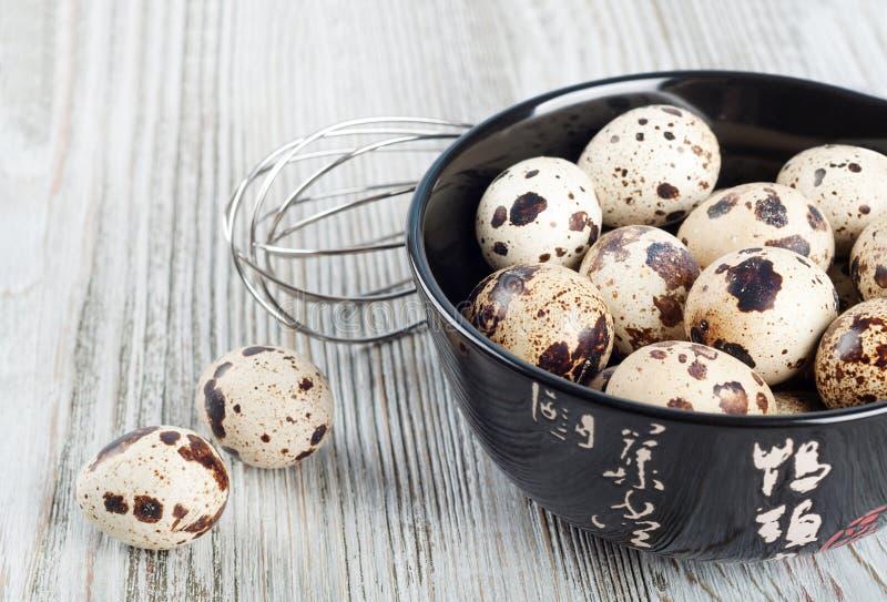 Яичка триперсток в черном блюде стоковое фото rf