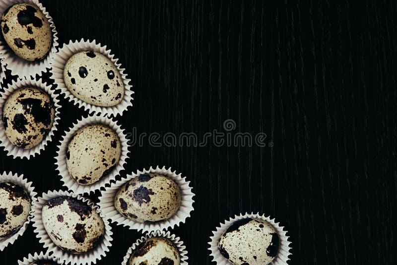 Яичка триперсток на темной деревянной предпосылке Картина Элегантная идея карточка пасха стоковая фотография rf