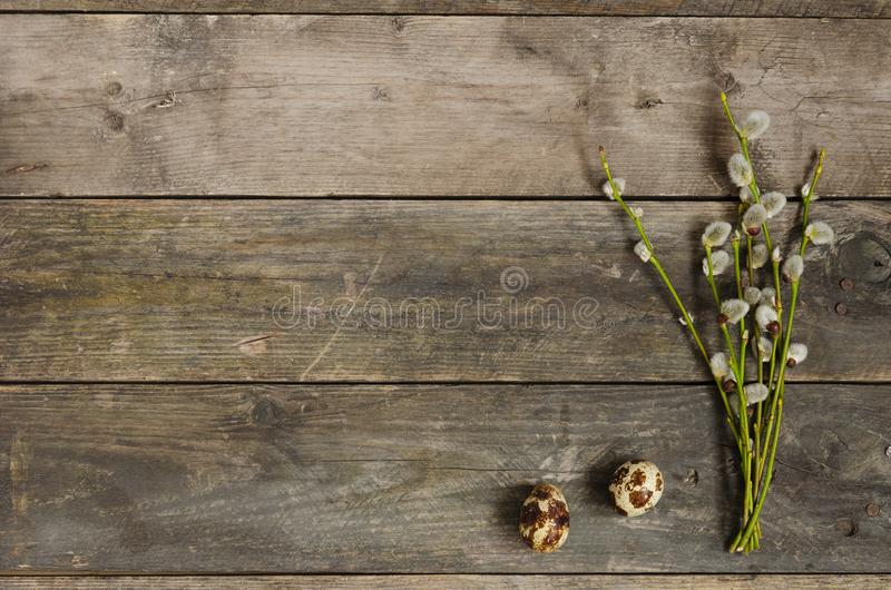 2 яичка триперсток с хворостинами вербы на старом деревянном столе стоковые фотографии rf