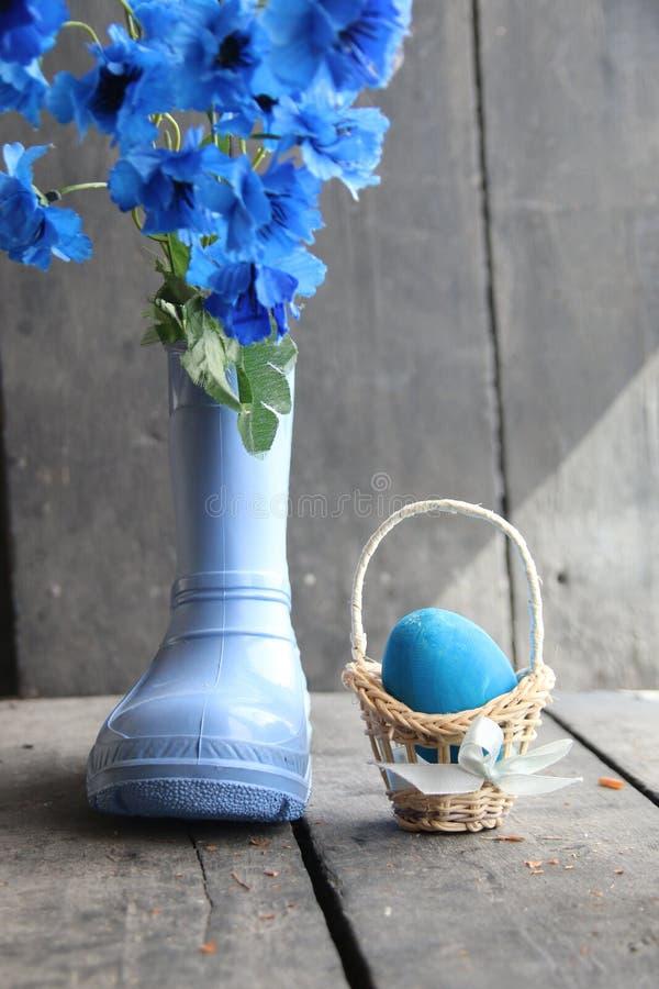 Яичко и цветки предпосылки весны пасхи голубые стоковое изображение rf