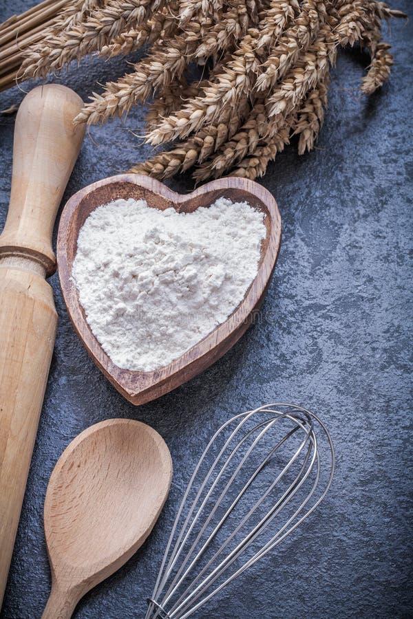 Яичко муки шара завальцовк-штыря ложки ушей пшеницы деревянное юркнет стоковая фотография rf