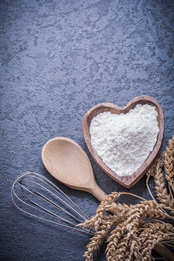 Яичко муки шара ложки золотых ушей рож пшеницы деревянное юркнет стоковое фото rf