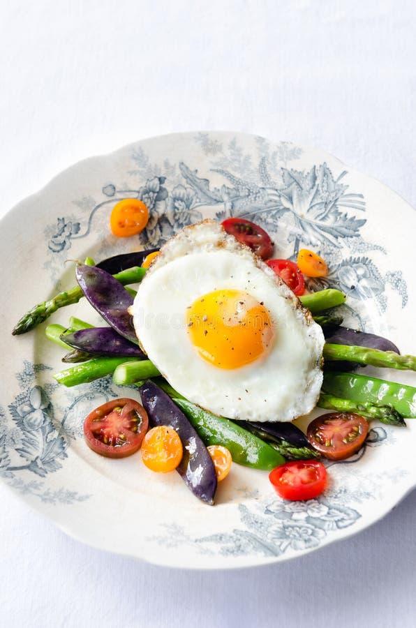 Яичко на свежем здоровом варианте легкой закуски овощей стоковая фотография rf