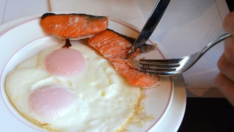 Яичницы и семги на белой плите Очень вкусный органический завтрак стоковая фотография rf