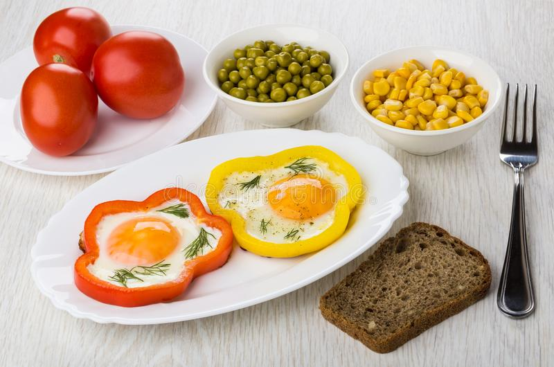 Яичницы с сладостными перцами, хлебом, зелеными горохами, мозолью, томатами стоковое изображение