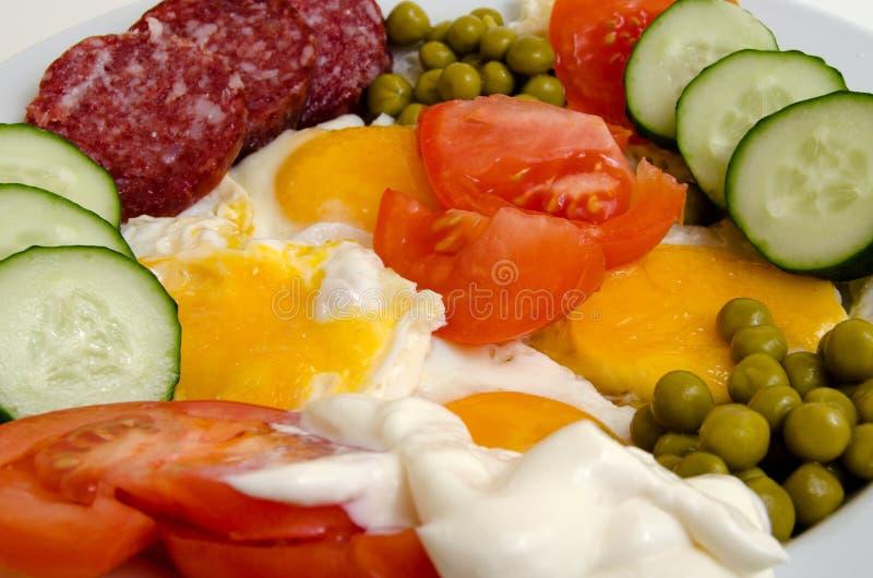 Яичницы с сосиской и овощами стоковая фотография rf