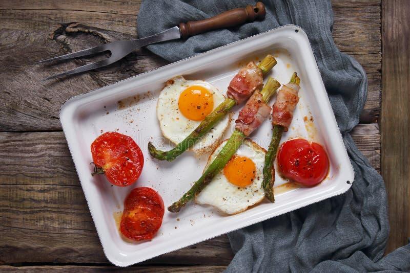 Яичницы с спаржей и томатами стоковые фотографии rf