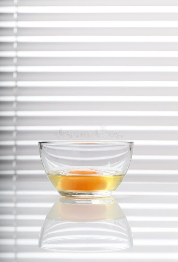 Яичный желток в стеклянном шаре стоковые изображения