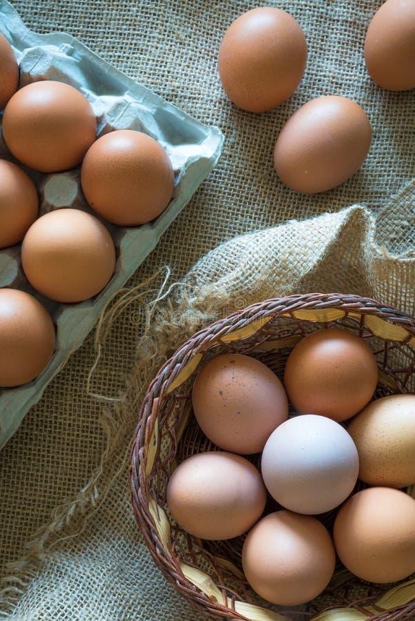 Яйца Брауна установили в коробке яйца и свяжите корзину на tat стоковое фото rf