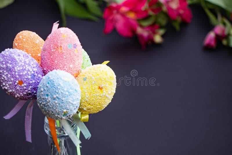 Яйца пасхи multicolor праздничные на темноте стоковые фотографии rf