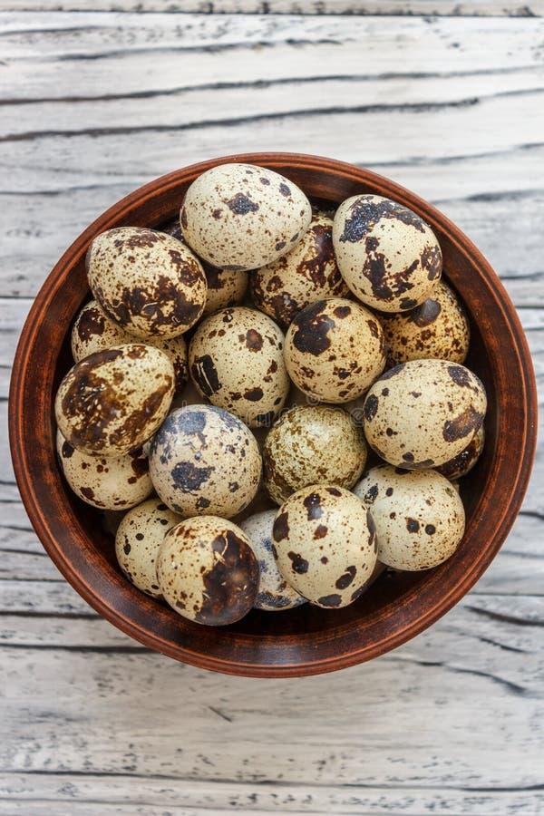 Яйца триперсток в плите глины на деревянной предпосылке, плите для хранить яйца триперсток, символ сезона пасхи r стоковая фотография rf