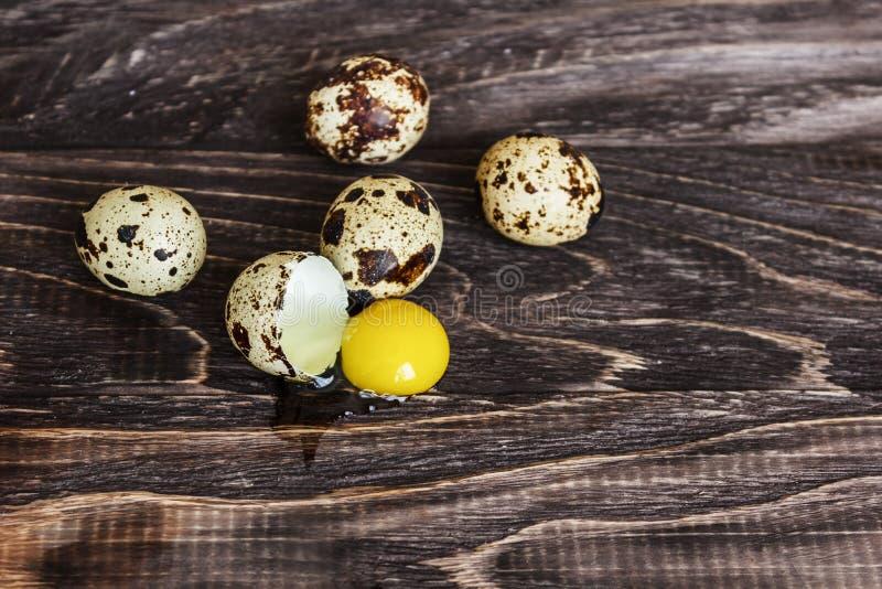Яйца триперсток на деревянной предпосылке, яичный желток, символ сезона пасхи r стоковое изображение rf
