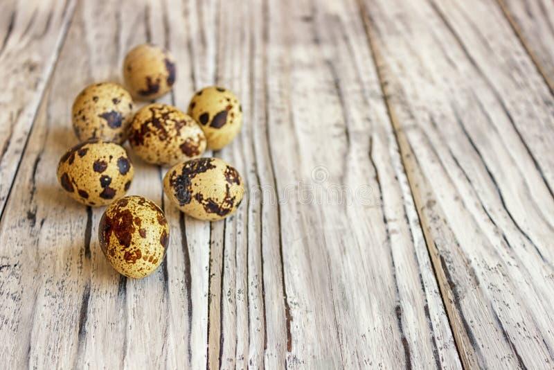 Яйца триперсток на деревянном столе, символе сезона пасхи r стоковая фотография rf