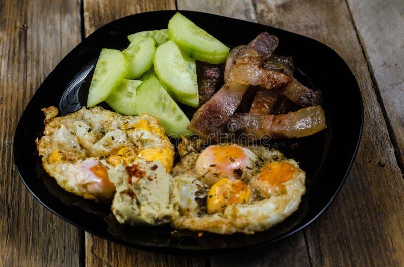 Яйца триперсток с салатом огурца стоковые фотографии rf