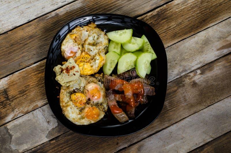 Яйца триперсток с салатом огурца стоковые фото
