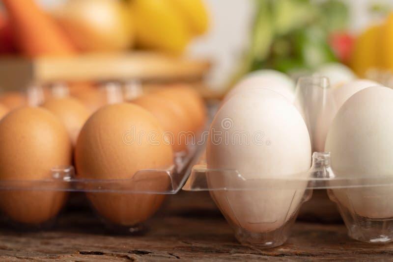 яйца утки и цыпленка помещены на деревянном столе стоковое изображение
