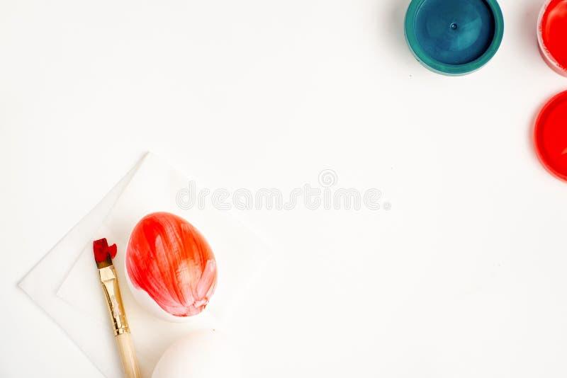 Яйца цыпленка и триперсток гнездятся и красятся на концепции ремесла пасхи белой предпосылки счастливой стоковое фото
