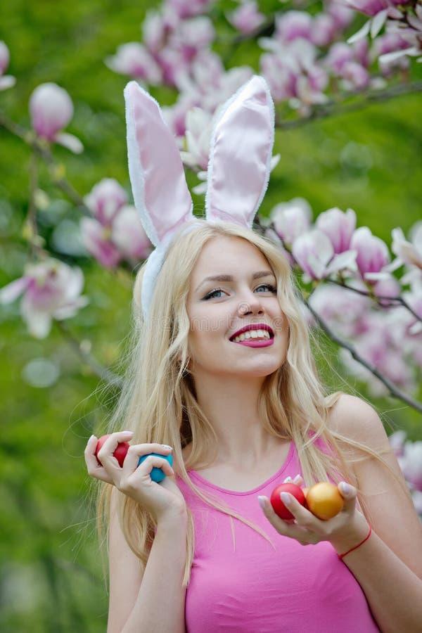 Яйцо в руке женщины r r стоковые изображения