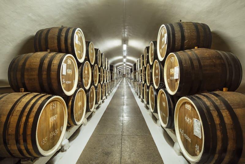 ЯЛТА, КРЫМ - 17-ОЕ ОКТЯБРЯ 2018: Бочонки вина в погребе винодельни Massandra стоковое изображение