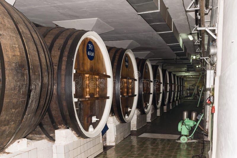 ЯЛТА, MASSANDRA, РОССИЯ - могут 29 2014: Выдержки и вино завода обрабатывая фабрику вина стоковая фотография
