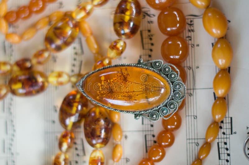 Янтарные ожерелья и шкентель стоковое фото