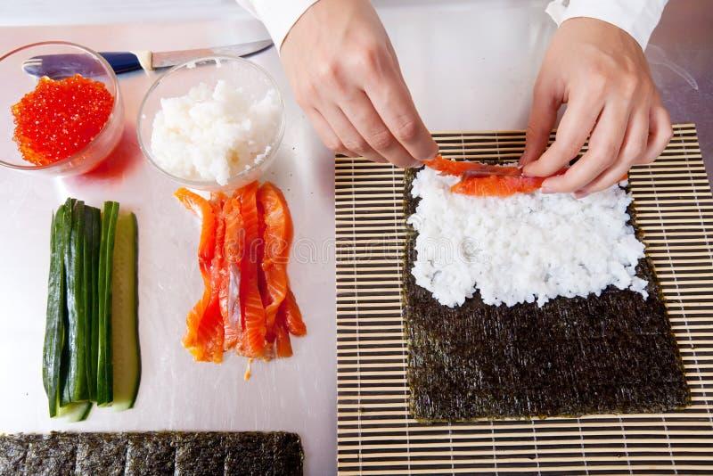 японец кашевара делая суши кренов стоковое изображение