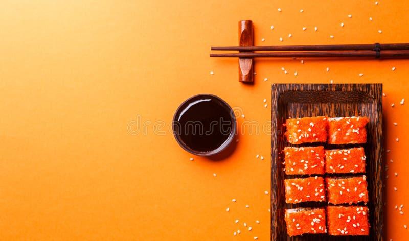 Японец свертывает на оранжевой предпосылке стоковое изображение