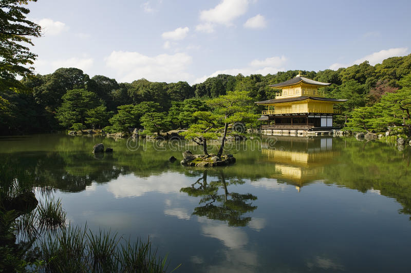 Япония Киото Kinkaku-ji (золотой висок павильона) стоковые изображения rf