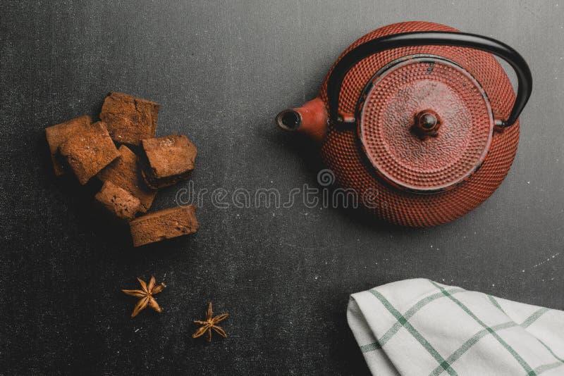 Япония утюжит зефиры чайника и шоколада на темной предпосылке Взгляд сверху с космосом стоковая фотография