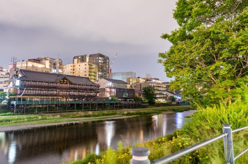япония kyoto Взгляд захода солнца городского пейзажа вдоль реки стоковое фото
