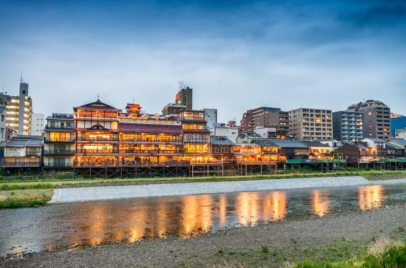 япония kyoto Взгляд захода солнца городского пейзажа вдоль реки стоковое фото rf