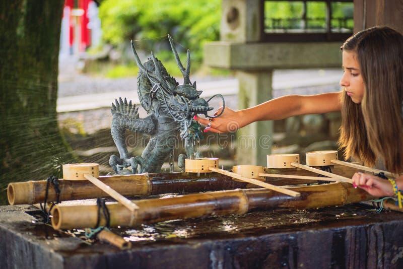япония nagoya Август 2018 Руки людей во время ритуальный очищать Павильон омовения воды павильон омовения воды для очистить стоковое фото rf