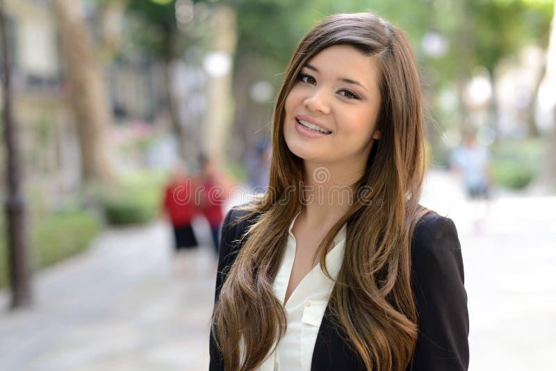 Download Японская бизнес-леди в городской предпосылке Стоковое Фото - изображение насчитывающей коммерсантка, модель: 40586660