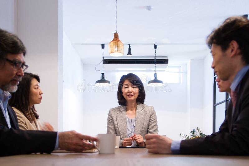 Японская бизнес-леди, руководитель проекта, присутствуя на встрече стоковые изображения rf