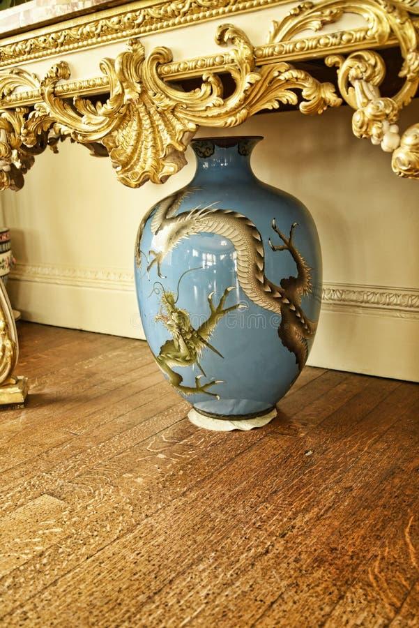 Японская ваза дракона на красивом загородном доме около Лидса Западного Йоркшира который нет национальной управляемой по доверенн стоковые изображения