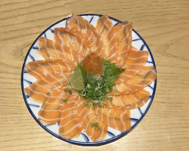 Японская еда: тонко отрезанное мясо salmon сасими свежее сырцовое salmon украшенное с заскрежетанным турнепсом, известкой, прерва стоковое фото rf