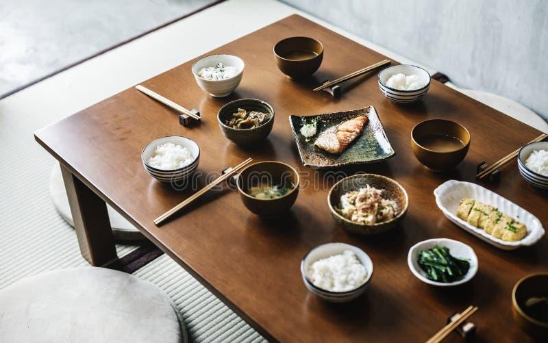 Японская еда установленная на таблицу стоковое изображение