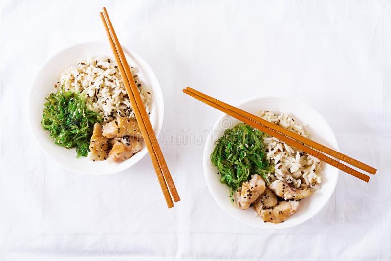 Японская еда Шар риса, кипеть белых chuka рыб и wakame или салата морской водоросли стоковые изображения rf