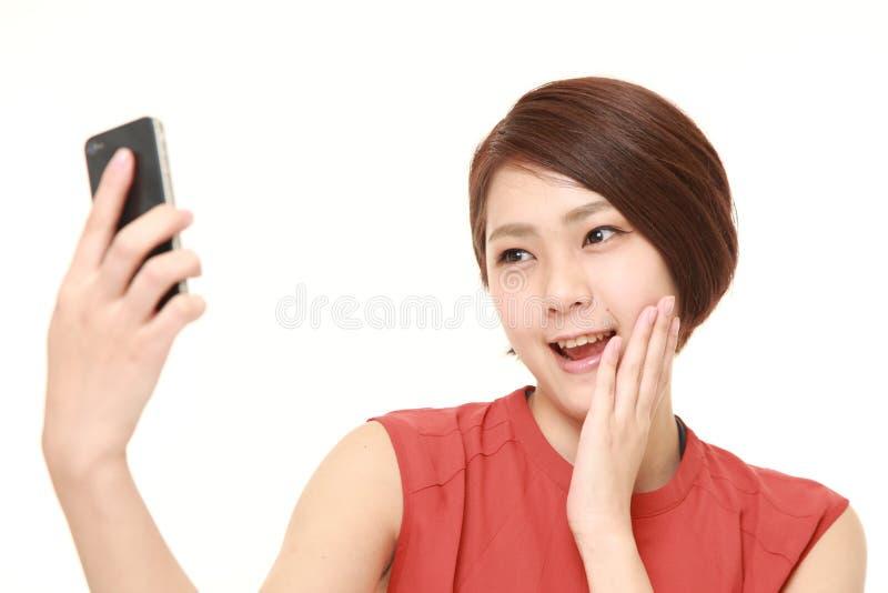 Японская женщина принимает selfie стоковые фотографии rf